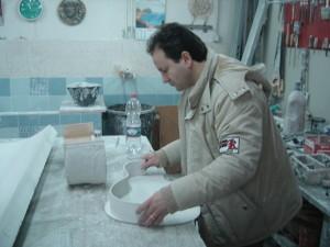 Marcello Sorrentino nel suo laboratorio di stucchi decorativi